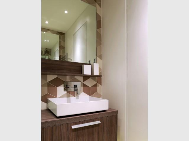 Une salle de bains, clin d'oeil aux années 70