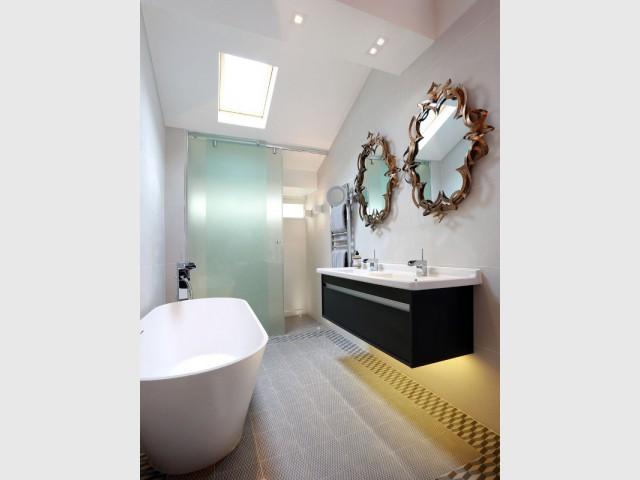 Une salle de bains ouverte et spacieuse