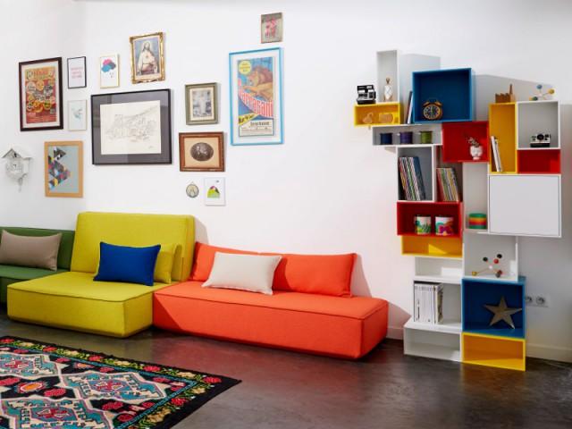 Des boîtes de rangement pour un salon coloré