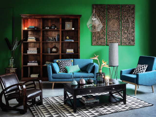 Un canapé vintage pour un salon multicolore