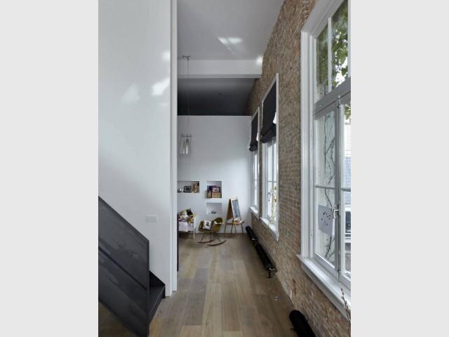 Une chambre avec une porte coulissant invisible