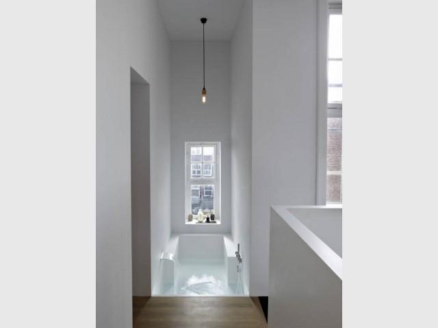 Une baignoire intégrée dans les murs