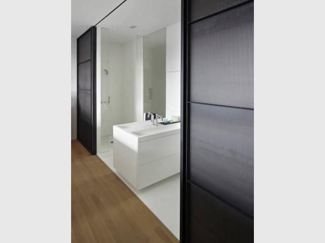 Une salle de douche d'une pureté rare