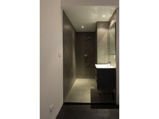 Des suites parentales avec salles de bains en micro-béton  - Maison individuelle Rouvière Construction