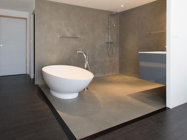 Des dalles de béton sur-mesure dans la salle de bains - Maison individuelle Rouvière Construction