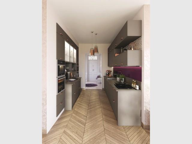 Une cuisine dans un couloir