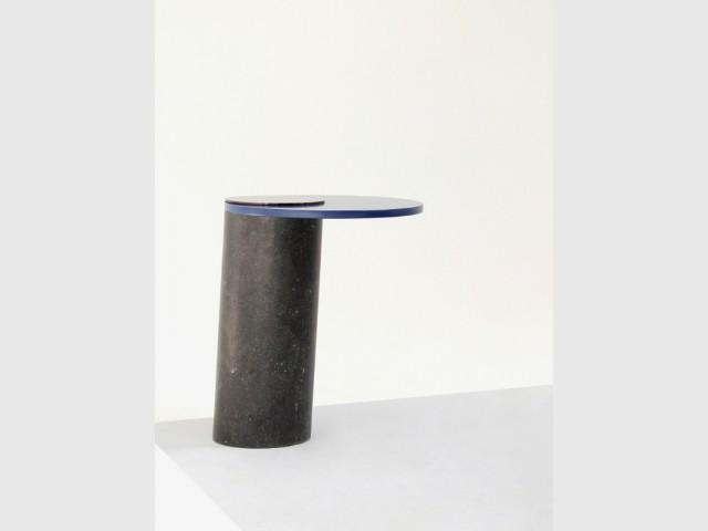 Une table basse inclinée pour créer un jeu d'équilibre - Une collection unique en pierre de lave.