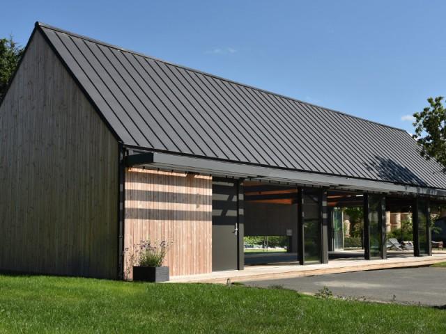 Une toiture zinc et un bardage bois pour un extérieur épuré  - Un abri de piscine inspiré des hangars agricoles