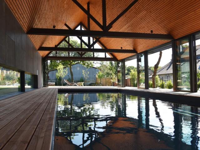 Une multitude d'ouvertures pour bercer le lieu de lumière naturelle - Un abri de piscine inspiré des hangars agricoles