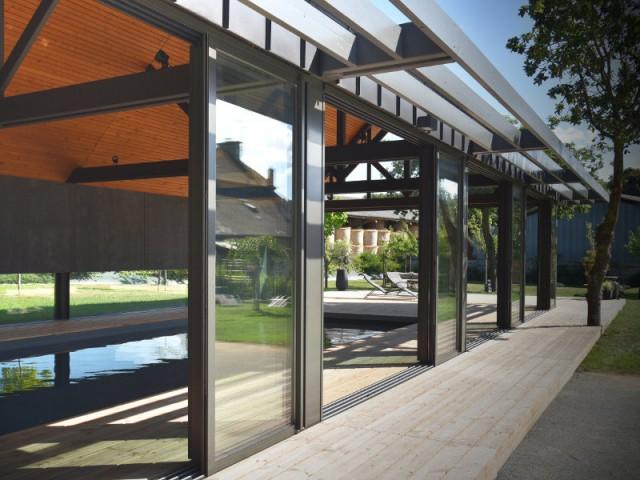 Des portes coulissantes pour ventiler et sécuriser le lieu - Un abri de piscine inspiré des hangars agricoles