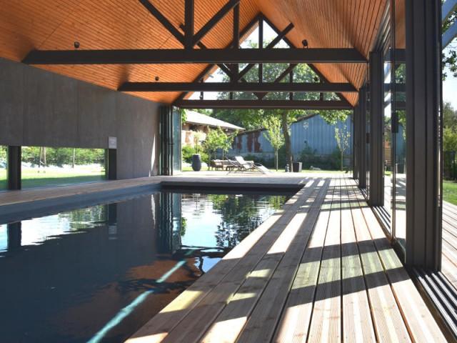 Un bassin tout en longueur pour profiter du paysage alentour - Un abri de piscine inspiré des hangars agricoles