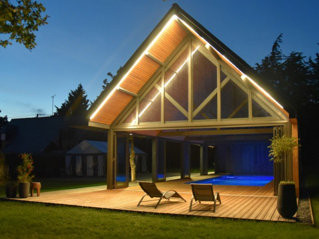Une terrasse abritée pour limiter l'apport solaire et affiner la structure - Un abri de piscine inspiré des hangars agricoles