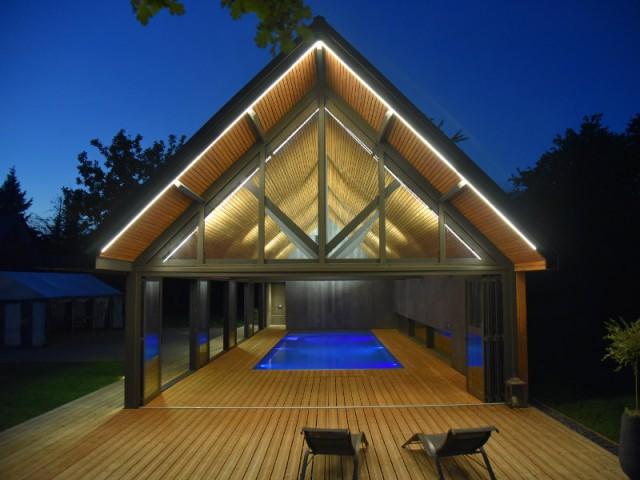 Un éclairage multi-facettes pour créer différentes ambiances - Un abri de piscine inspiré des hangars agricoles