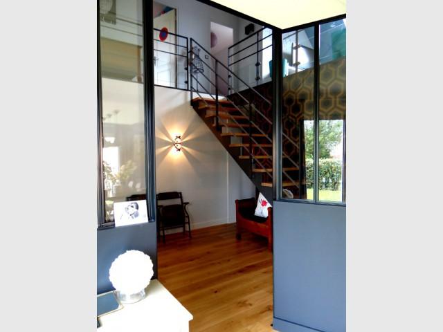 Un escalier en acier pour une entrée élégante