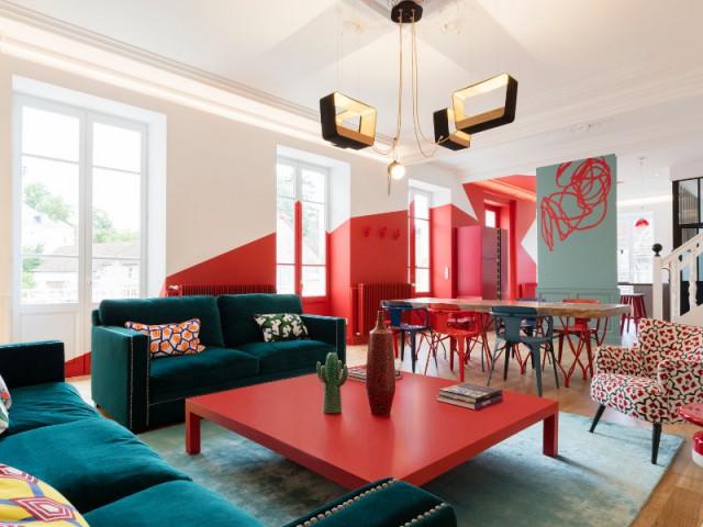 Une pièce à vivre décloisonnée et colorée