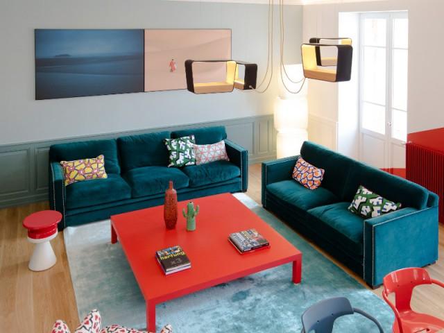 Un salon arty bleu pétrole et rouge