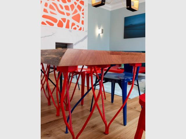 Une table en bois et métal inspirée des vignes