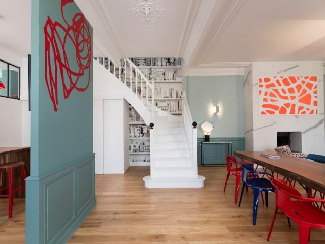 Un escalier blanc avec papier peint trompe l'oeil