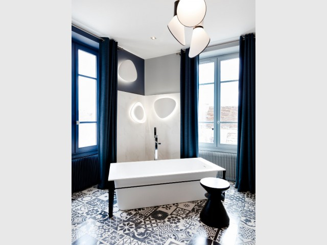 Une salle de bains élégante en noir et blanc