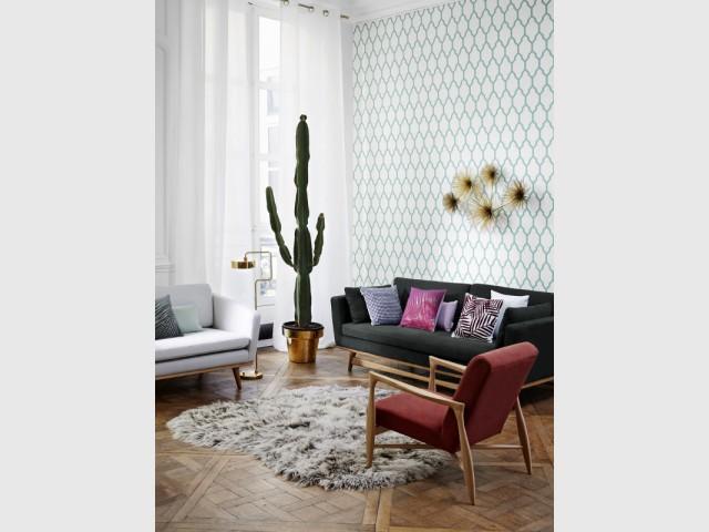 Une tapisserie chic et turquoise dans un salon