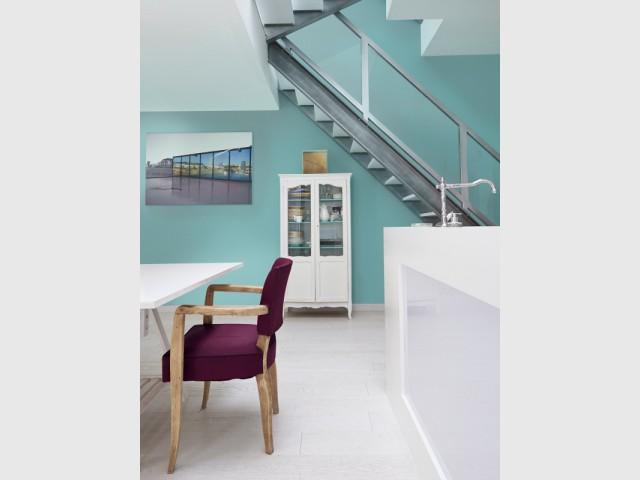 Une cage d'escalier turquoise dans une pièce