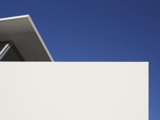 Une maison d'une blancheur éclatante