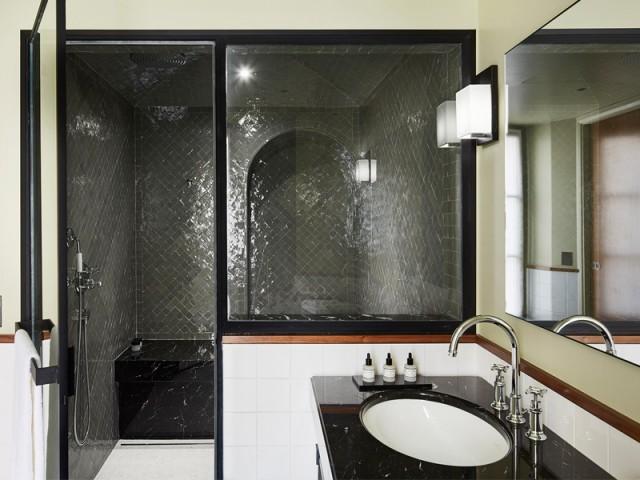 Une salle de bains avec hamman intégré