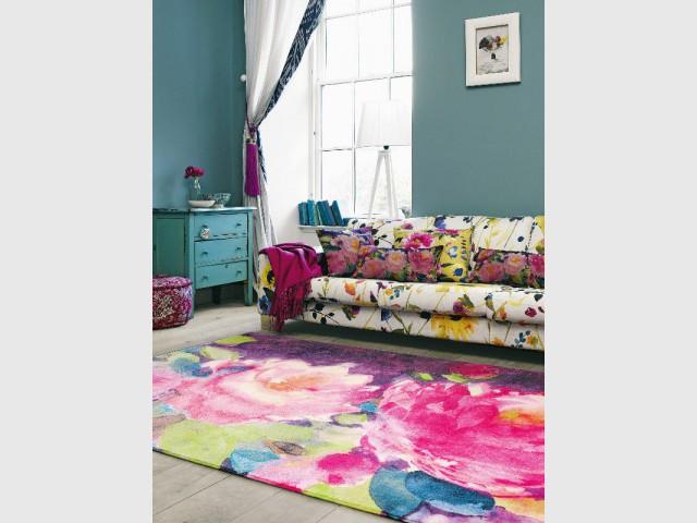 Un tapis fleuri pour un salon arty