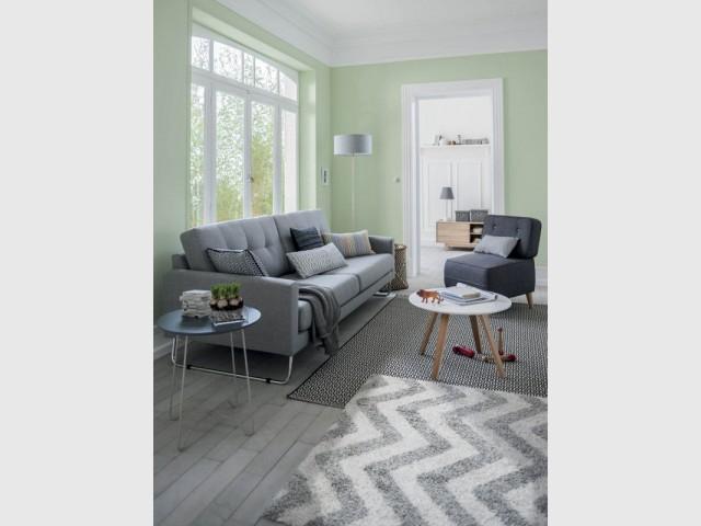 Deux tapis noir et blanc pour un salon pastel