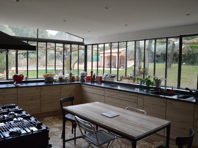 Une verri re l 39 ancienne pour une cuisine dans un jardin for Cuisine separee par une verriere