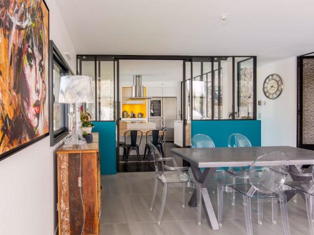 Une salle à manger contemporaine et vintage