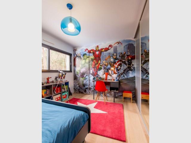 Une chambre aux couleurs des héros Marvel