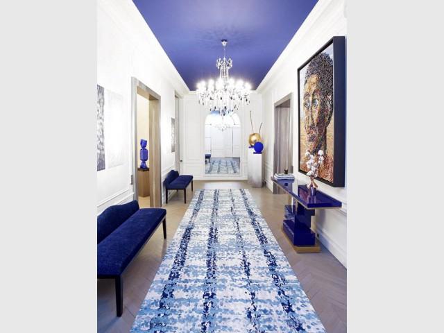 Une entrée XXL avec un tapis et un plafond bleu