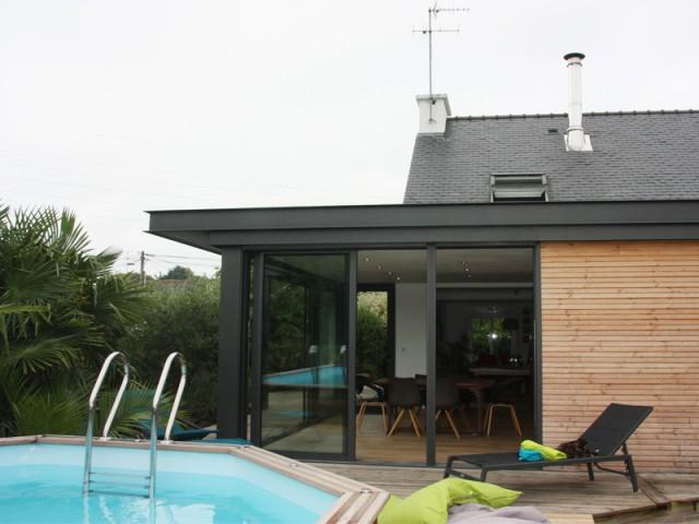 Une véranda à toiture plate