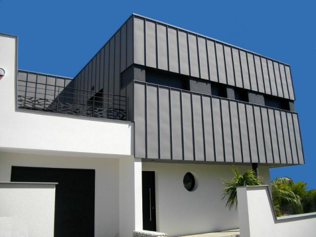 Une toiture cachée derrière une façade en zinc