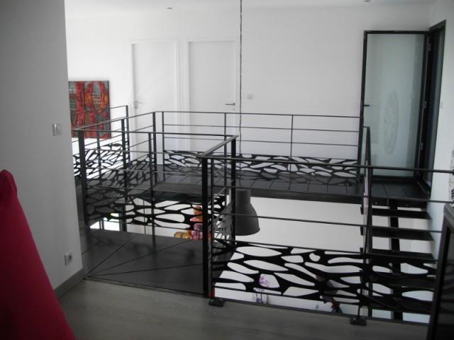 Un garde-corps, oeuvre d'art en métal noir