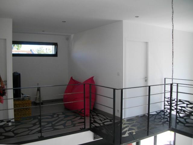 Un salon TV ouvert sur la passerelle, à l'étage