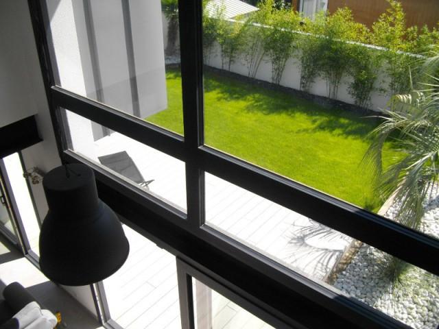Passerelle avec vue plongeante sur le jardin