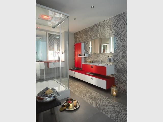 Une salle de bains dynamisée par le sol