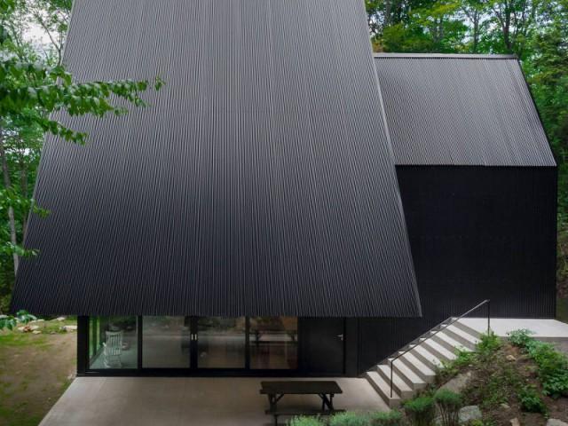 Deux maisons accolées forment un chalet noir