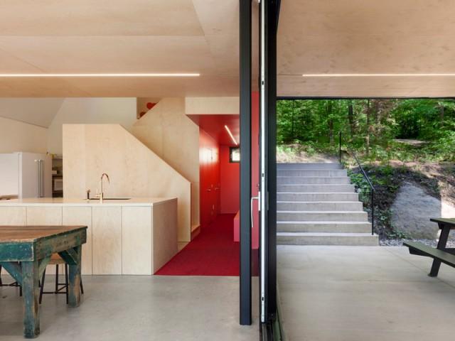 Une cuisine ouverte et une entrée rouge