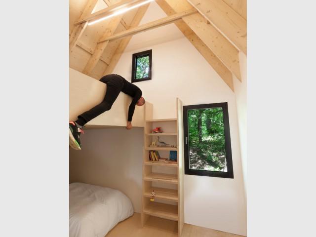 Une chambre tout en bois comme un espace de jeux