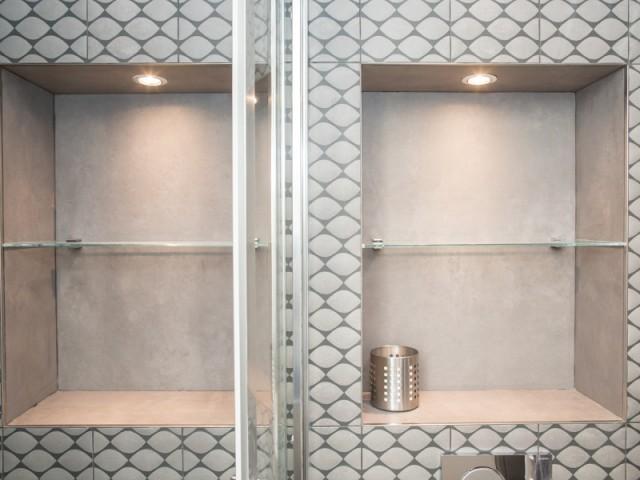 Deux niches rétroéclairées dans la salle de bains