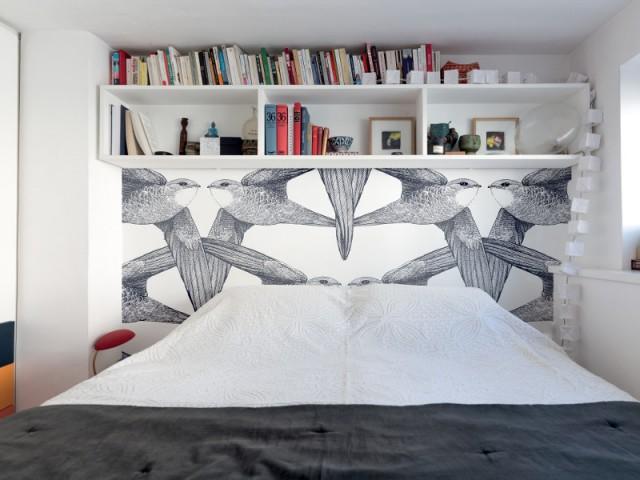 Un papier peint panoramique oiseaux en guise de tête de lit