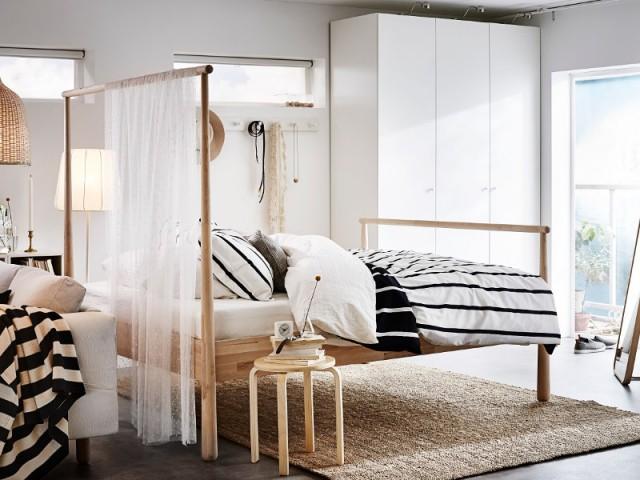 Cadre de lit Gjöra et rideaux en voilage