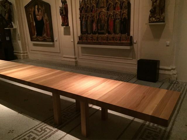 Une table construite comme un pont