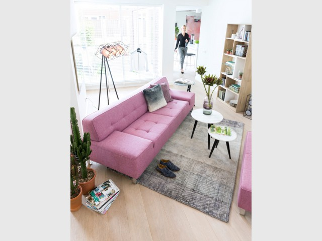 Un canapé rose pour salon élégant et cosy - Inpiration couleur : Osez le rose !