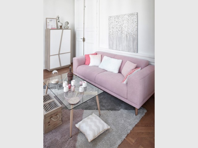 Un canapé rose pour réchauffer un salon style scandinave - Inpiration couleur : Osez le rose !