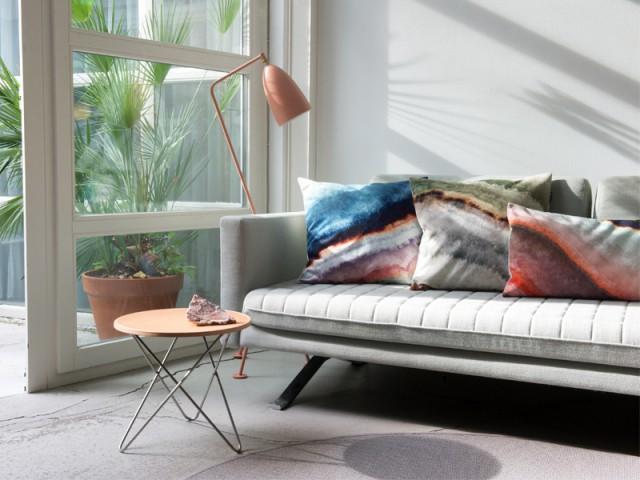 Un lampadaire rose pour un salon tout en nuances - Inpiration couleur : Osez le rose !