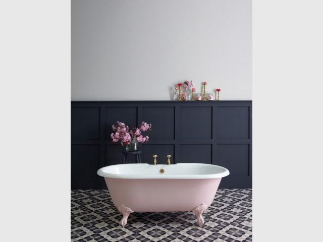 Une baignoire sur pied rose pour une salle de bains romantique - Inpiration couleur : Osez le rose !
